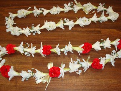 L15 - TUBEROSE LEI with CARNATIONS