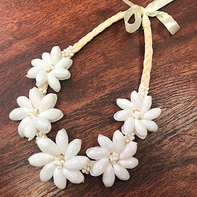 WHITE SHELL ROSETTE NECKLACE